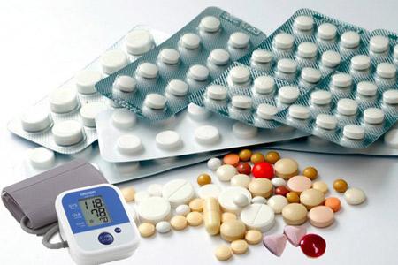 Người bị tăng huyết áp hay huyết áp cao không nên sử dụng các loại thuốc như cảm cúm, thuốc trị đau đầu...Ảnh minh họa